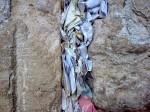 Bileţele ce conţin rugăciunile credincioşilor, îndesate în crăpăturile Zidului Plângerii