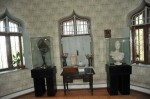 Exponate din Castelul Julie Hasdeu, in dreapta bustul tinerei fete