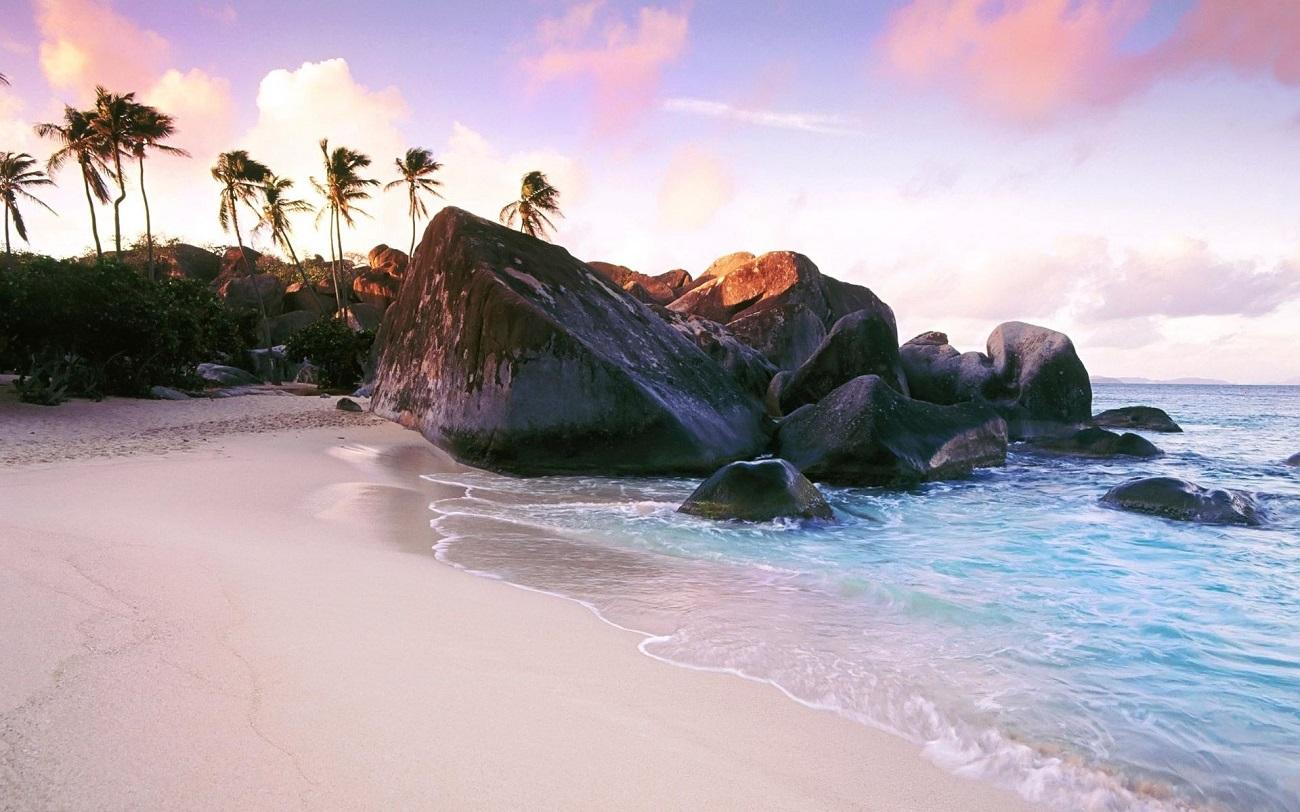 Insulele Seychelles, porţiune de plajă cu nisip roz