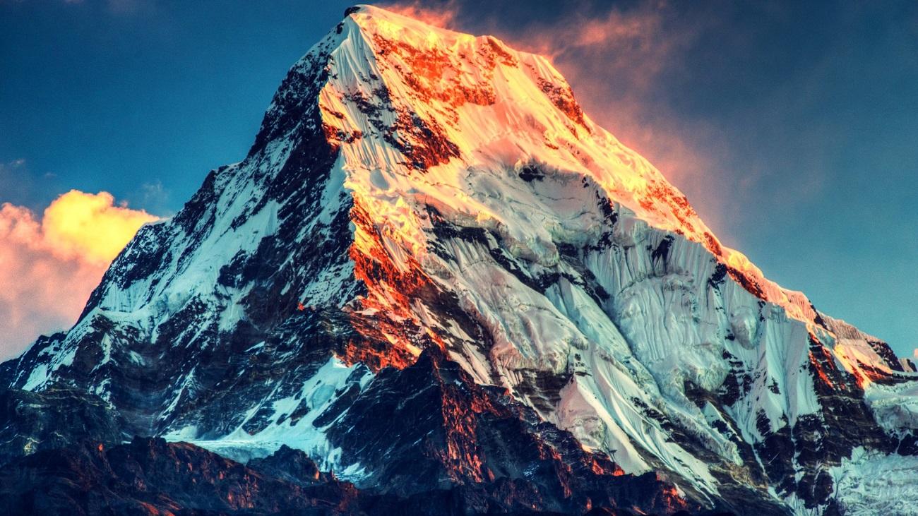 Masivul Everest, cu crestele scăldate în soare