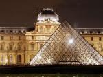 Muzeul Luvru noaptea