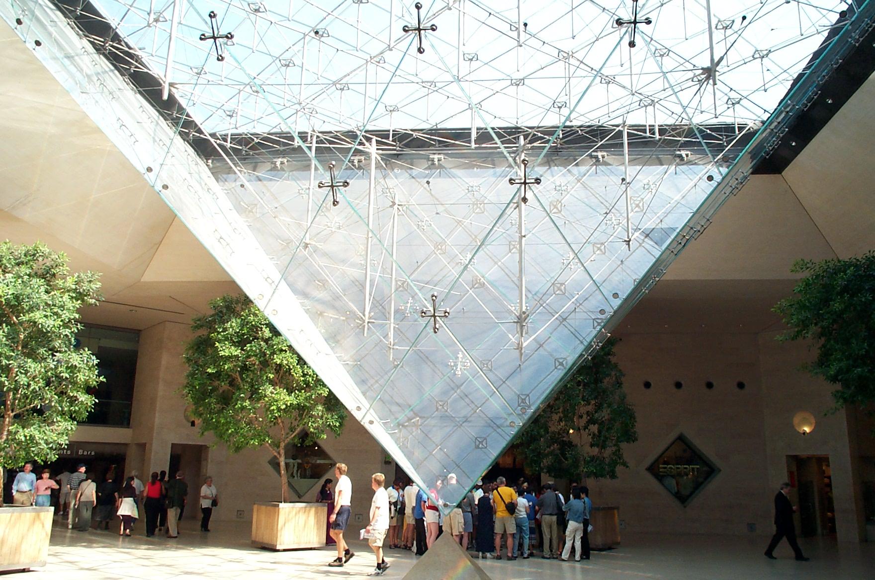 Muzeul Luvru intrarea de la Marea Piramidă noaptea