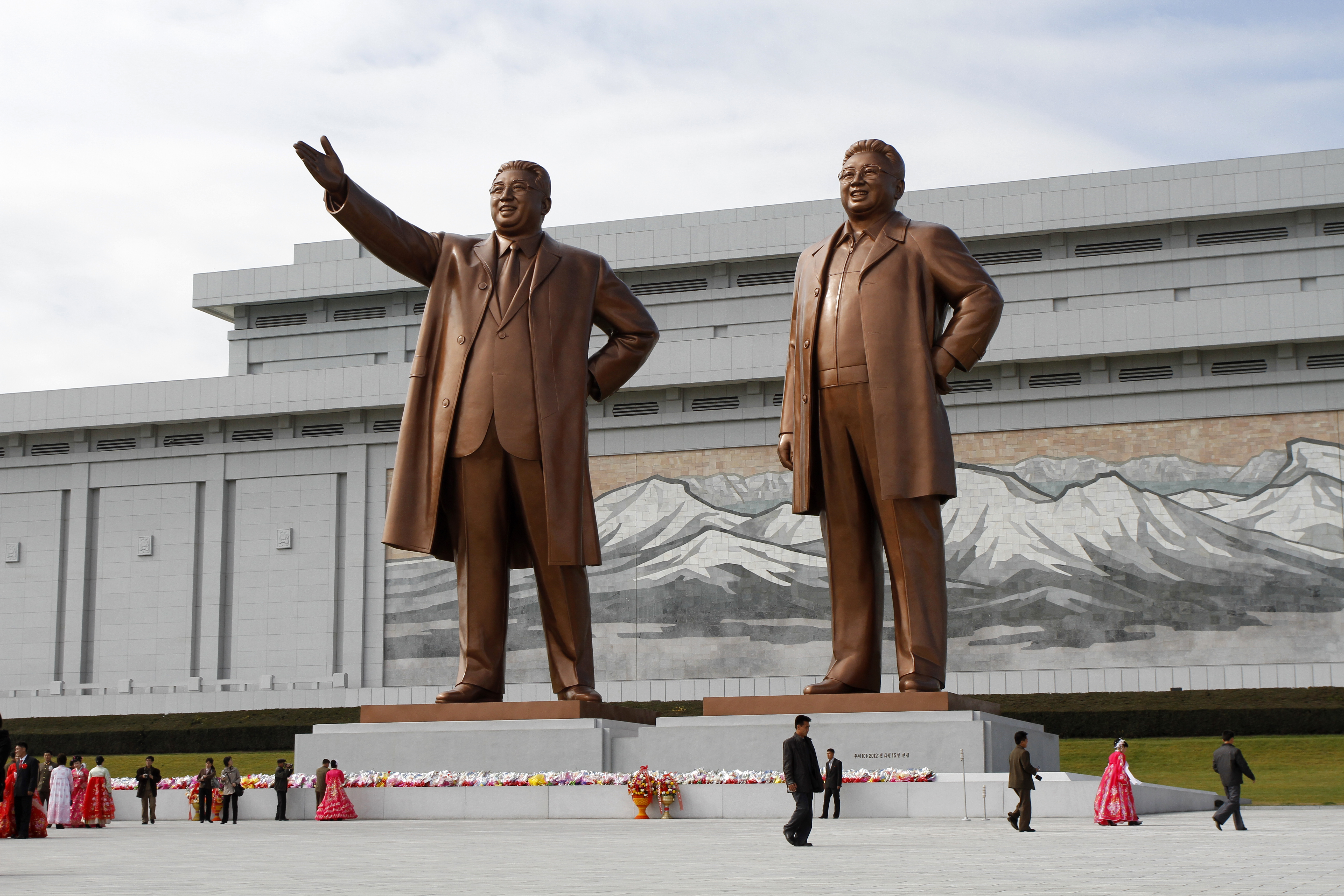 Pyongyang, statuia lui Kim Il-Sung iar alături Kim Jong-Il...nu-i așa că seamănă