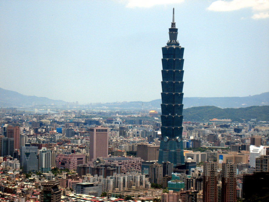 Panorama oraşului Taipei, cu edificiul Taipei 101 în prim plan