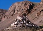 Mănăstirea Ki se încadrează perfect în mediul natural datorită nuanţelor în care a fost colorată
