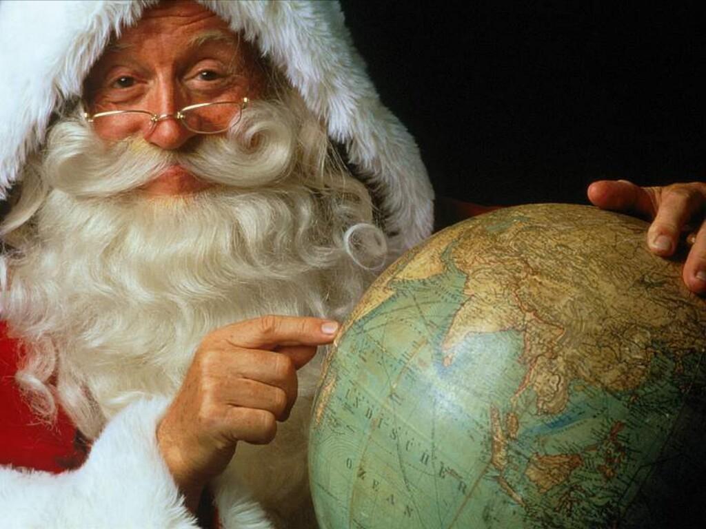 Moș Crăciun împarte daruri pe tot Globul pământesc