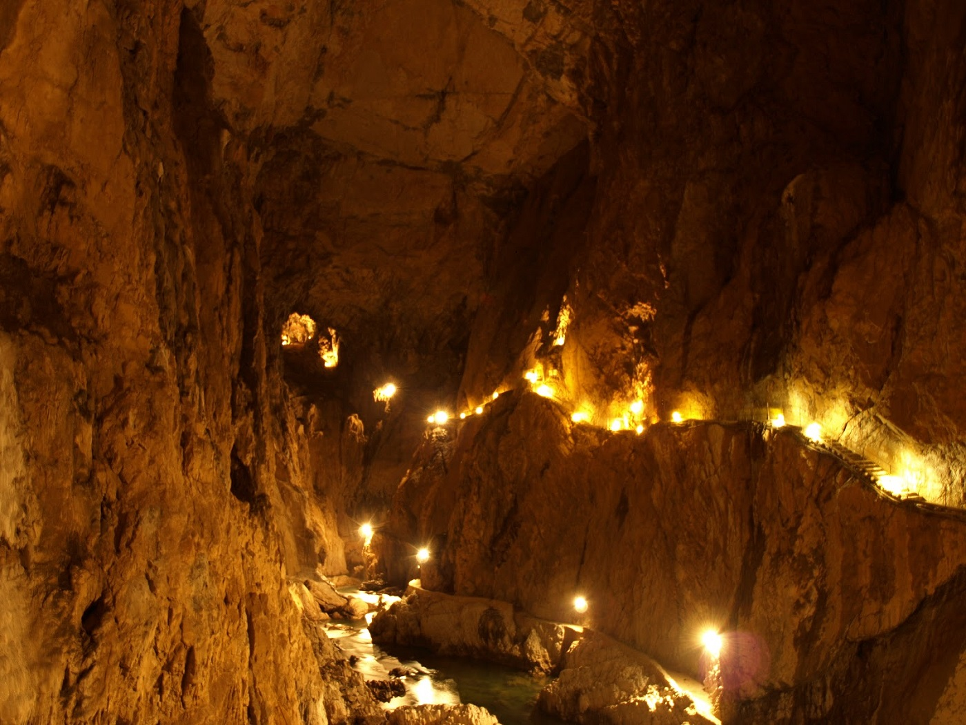 Podul de oțel din interiorul peșterii