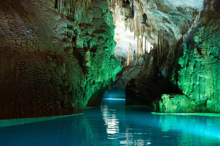 Râul subteran din Peștera Jeita Grotto