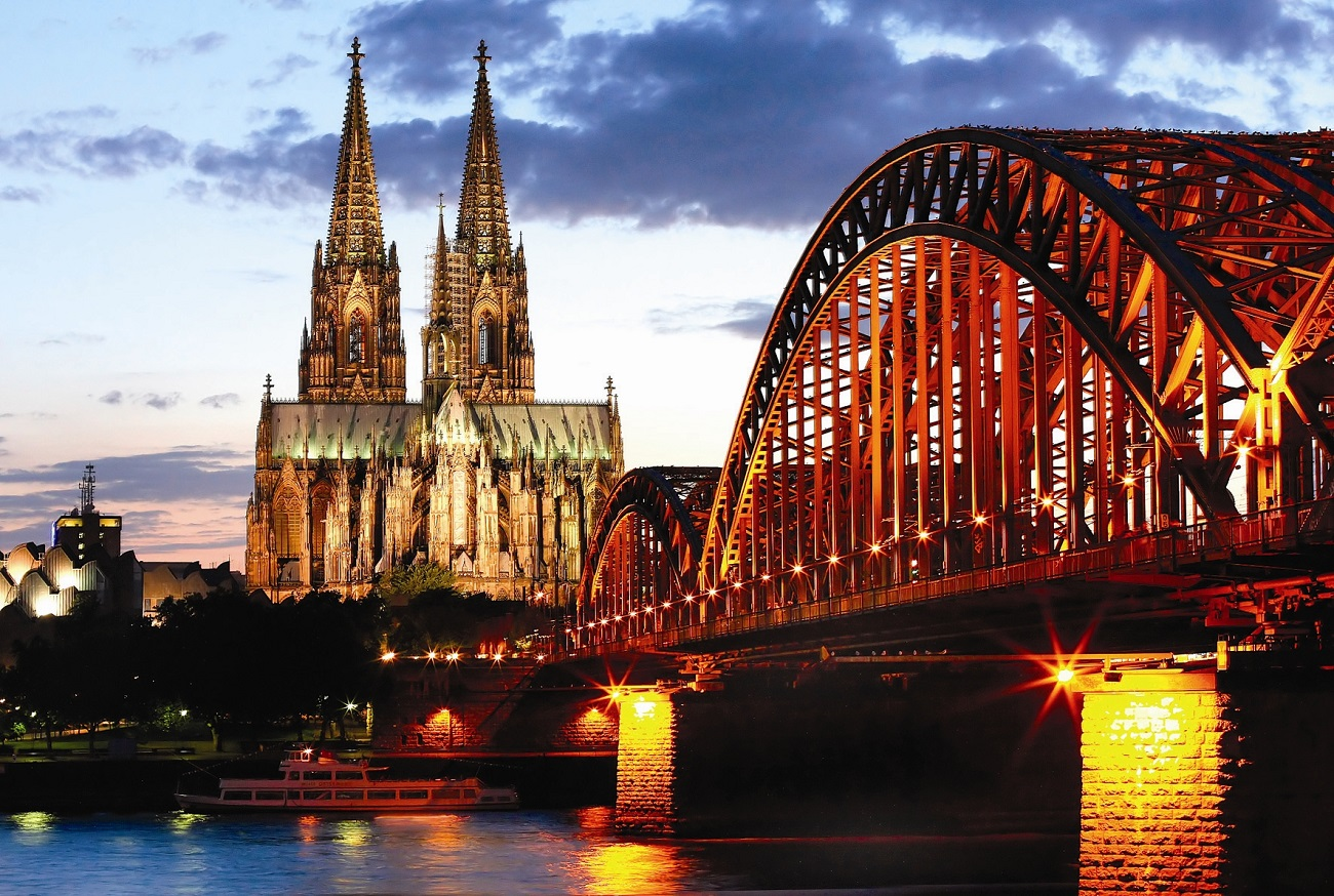 Rinul, clădirile vechi, podul iluminat crează un cadru romantic