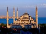 Un apus de soare superb învăluie Moscheea Albastră într-o lumină aurie