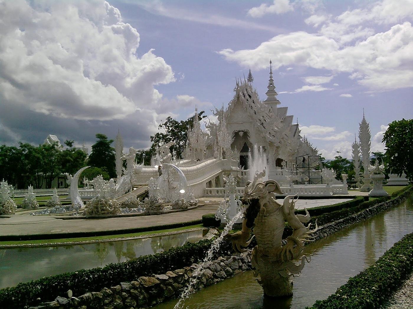 Wat Rong Khun, o construcție superbă în Thailanda