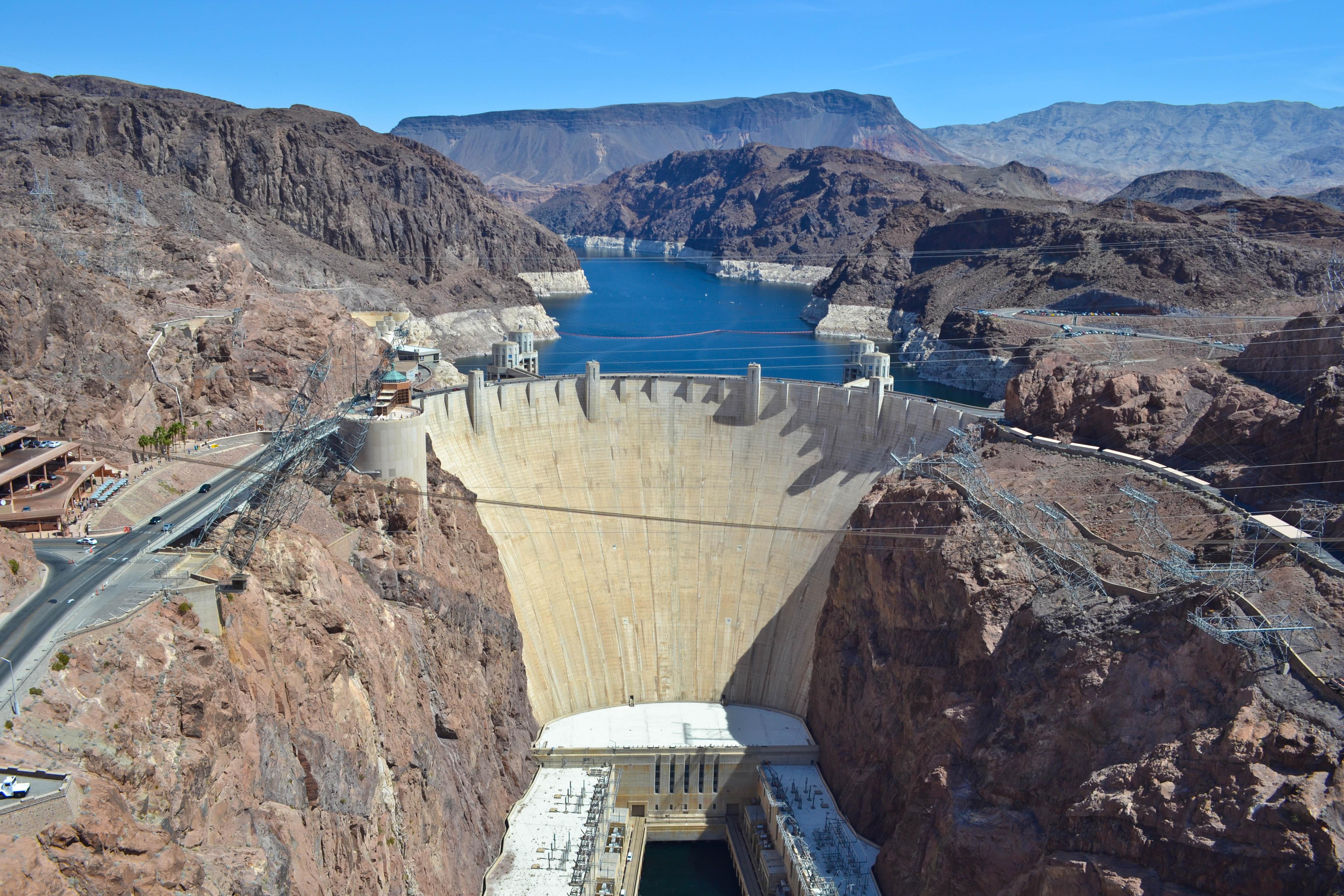 Închipuiți-vă ce înălțime are apa din spatele barajului în comparație cu mașinile care circulă pe șoseaua din stânga