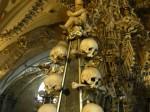 Turn împodobit cu cranii din interiorul Bisericii Oaselor