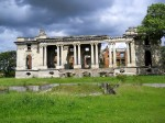 Cele zece coloane neoclasice grupate în perechi asemeni Marelui Trianon de la Versailles