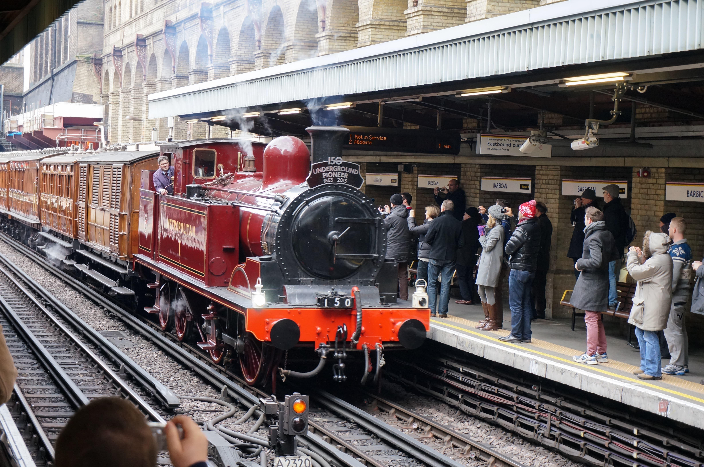 Chiar și azi locomotivele cu aburi ce au circulat în subteran sunt privite cu simpatie la defilările anuale