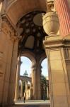 De la distanță Palatul Artelor din San Francisco nu pare chiar așa de mare