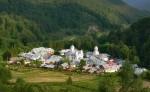 Mănăstirea Suzana amplasată într-o poiană extrem de frumoasă
