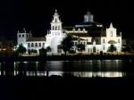 Noaptea, edificiul este frumos iluminat