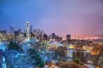 Panorama orașului într-o seară rece de toamnă