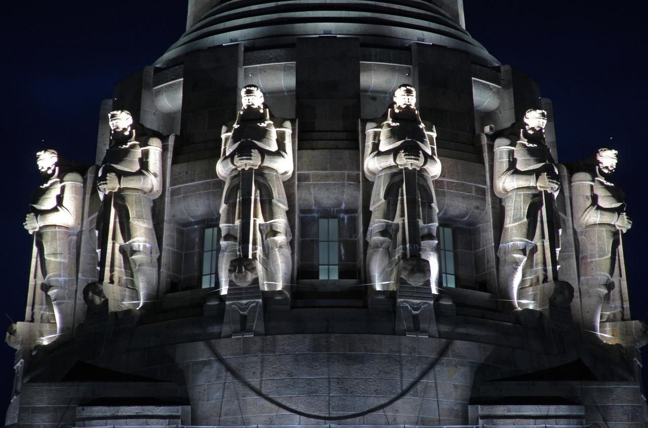 Statuile înfrumusețează partea superioară a edificiului