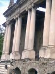 Coloanele neoclasice grupate în perechi asemeni Marelui Trianon de la Versailles