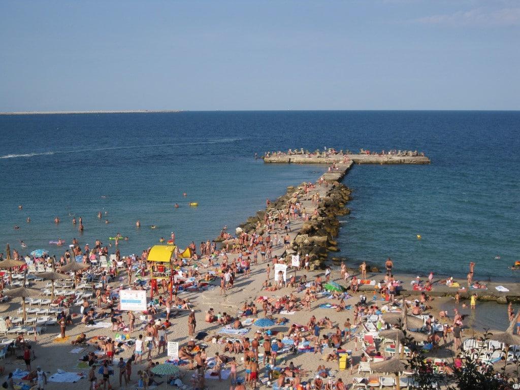 Șezlonguri pe nisip și răcoreală de zile mari în apa Mării Negre la Eforie Nord