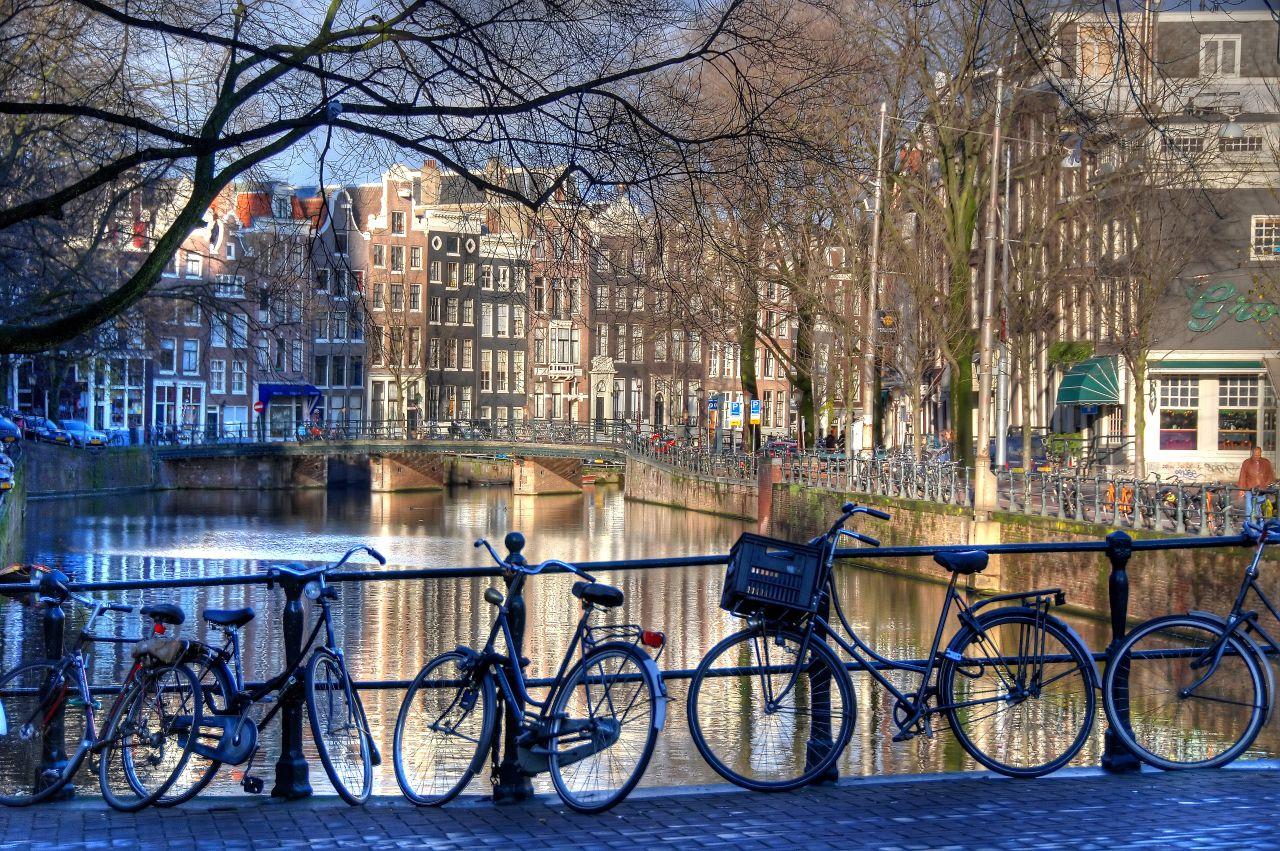 Amsterdam, canale, cafenele și biciclete