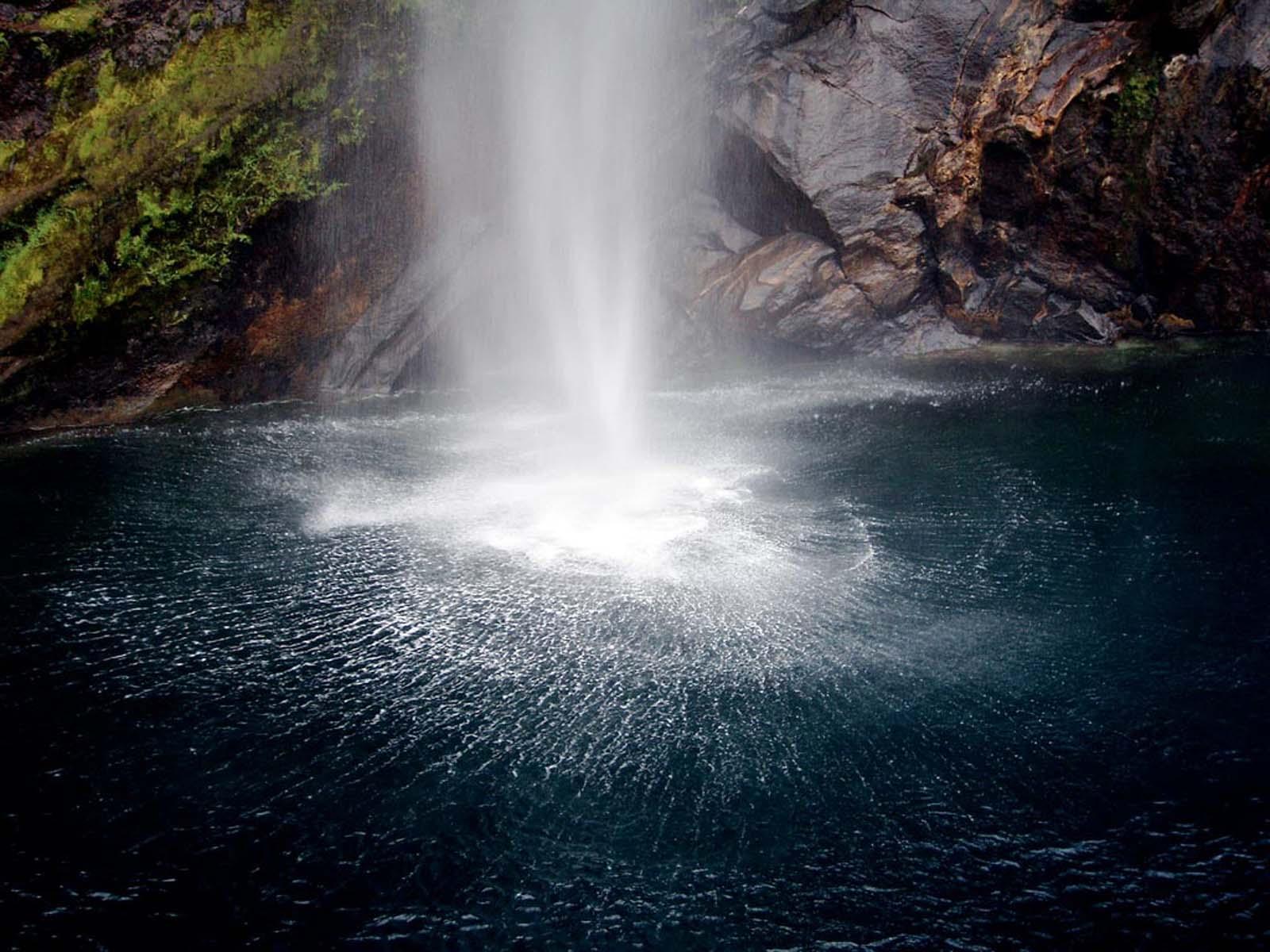 Un apus de soare splendid în Milford Sound