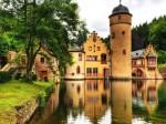 Castelul Mespelbrunn se află într-o armonie perfectă cu cadrul natural în care se află