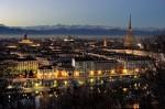 Imagine panoramică superbă a orașului Torino la apus, pe fundal se zăresc Alpii