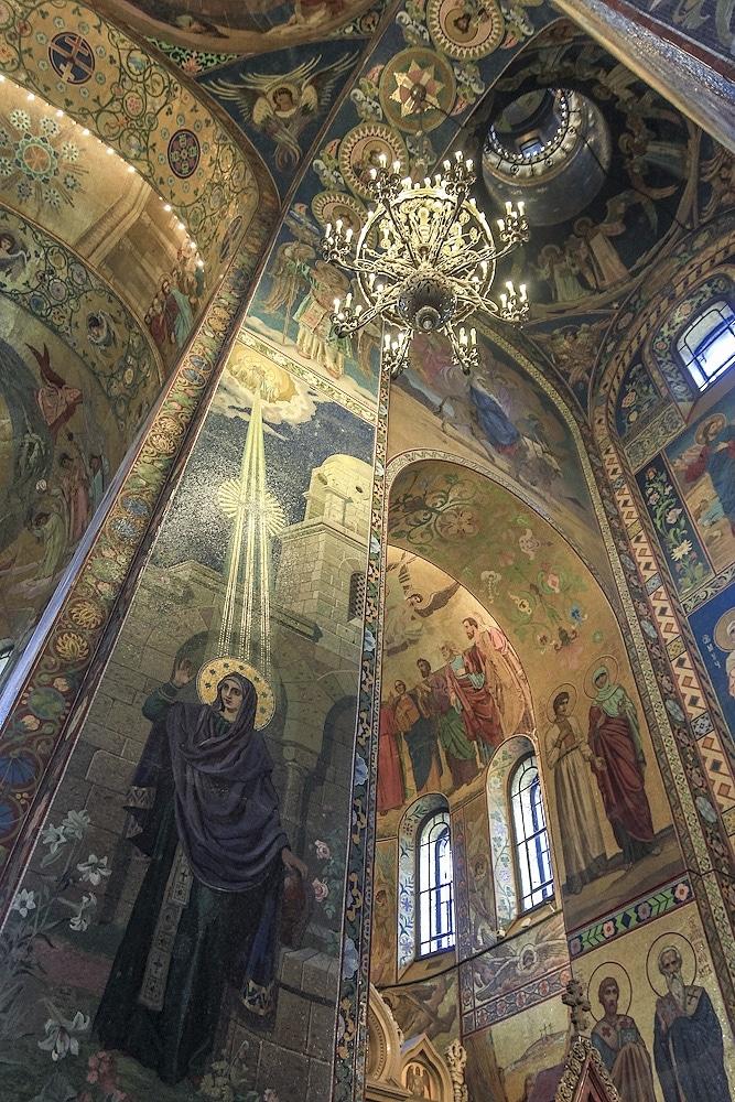 Biserica este bogat ornamentată în stilul specific Rusiei medievale