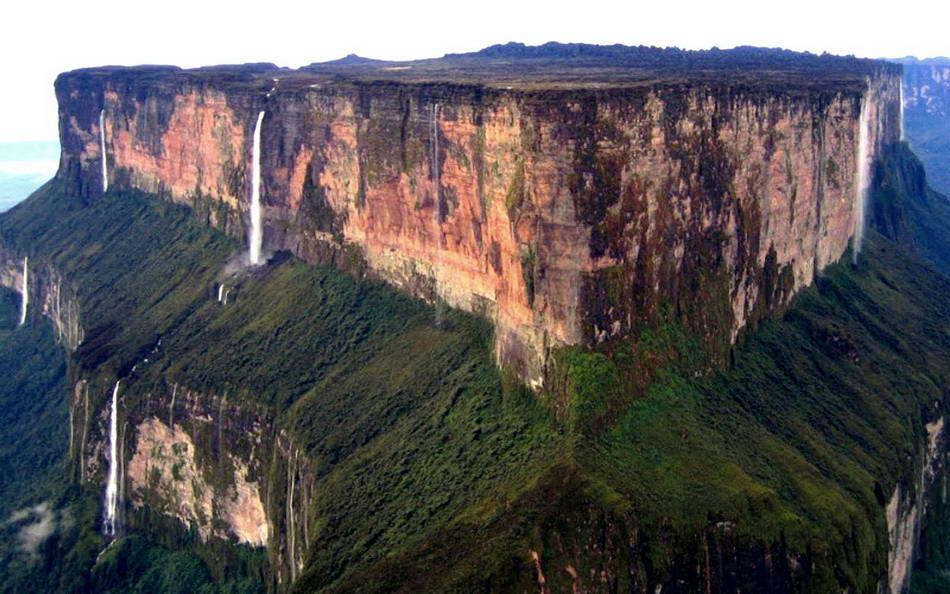 Muntele Roraima este înfrumuseţat de câteva cascade