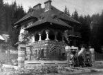 Familia Socolescu în fața conacului familiei construit în anul 1925
