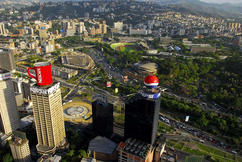 Aceste edificii crează un contrast vizibil cu cartierele foarte sărace