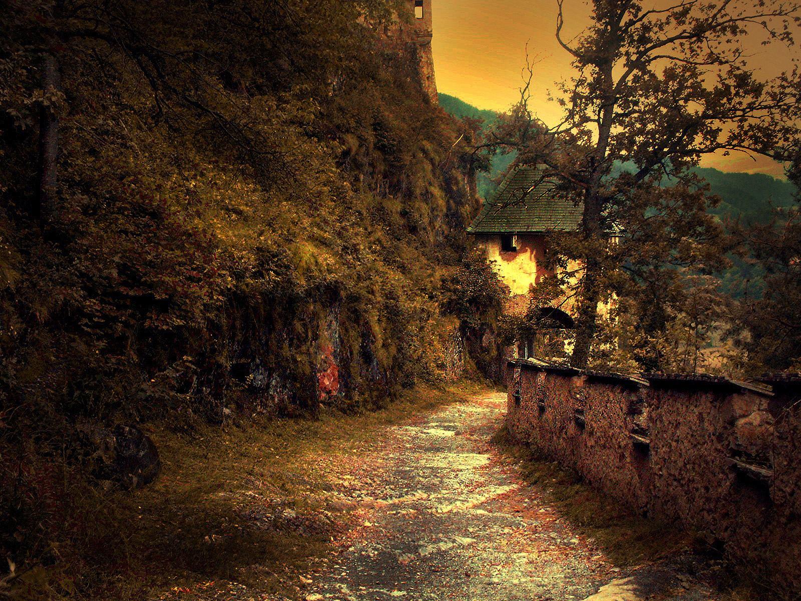 Traseul care duce spre castel pare a fi desprins din povești