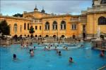Turiștii se relaxează în apele termale