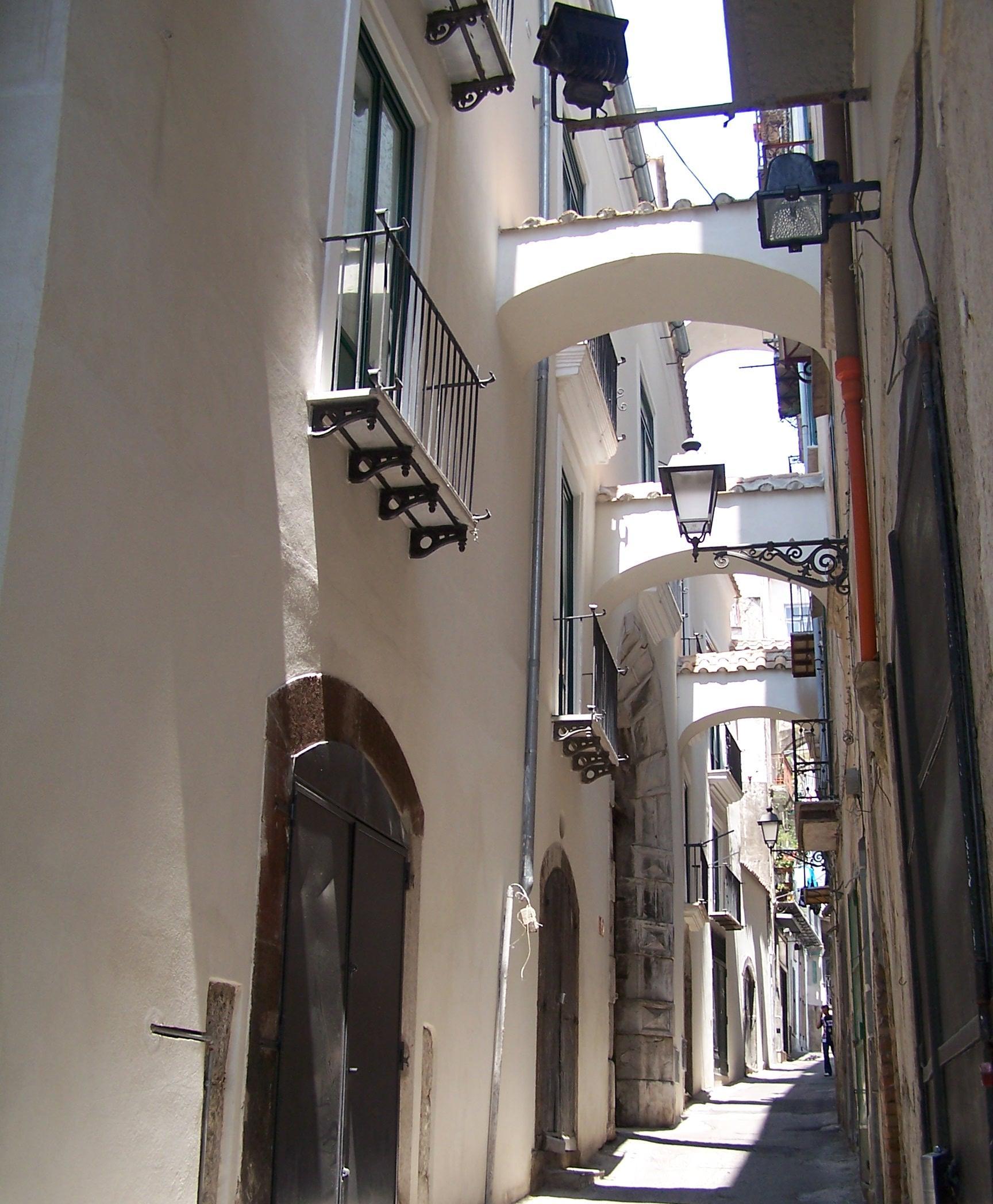 Catedrala Ambo D'Ajello, interiorul ei este ornat cu frumoase modele, unele părând a fi chiar de inspirație arabă, doar o aparență