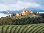 Castelul Banfi amplasat în mijlocul superbei podgorii din Toscana, Italia