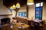 Grajdul transformat în spațiu de relaxare și loc de servit masa