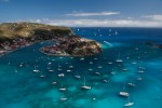 Ambarcațiunile formează un adevărat furnicar în jurul insulei