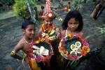 Deseori copiii îmbrăcați în costume specifice comercializează pe plaje fructe