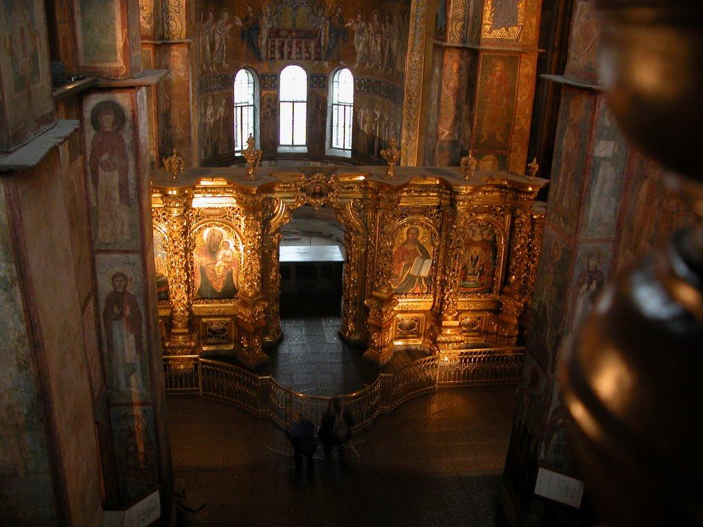 Cadrul natural subliniază perfect frumusețea catedralei