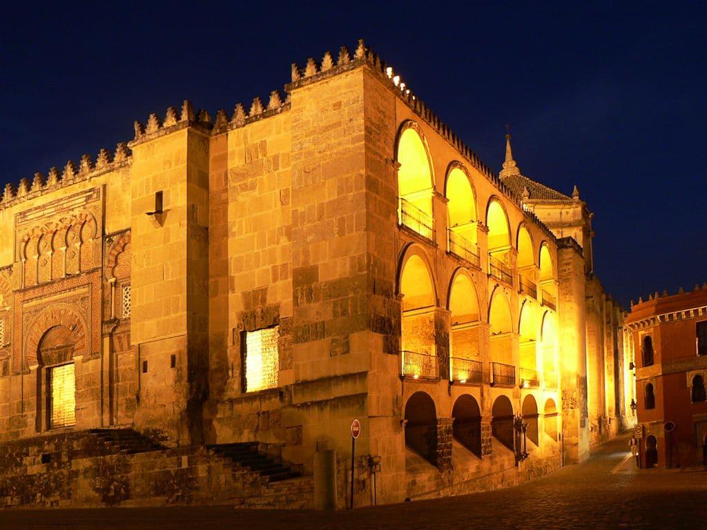 Mezquita și celebrele sale coloane și arcuri