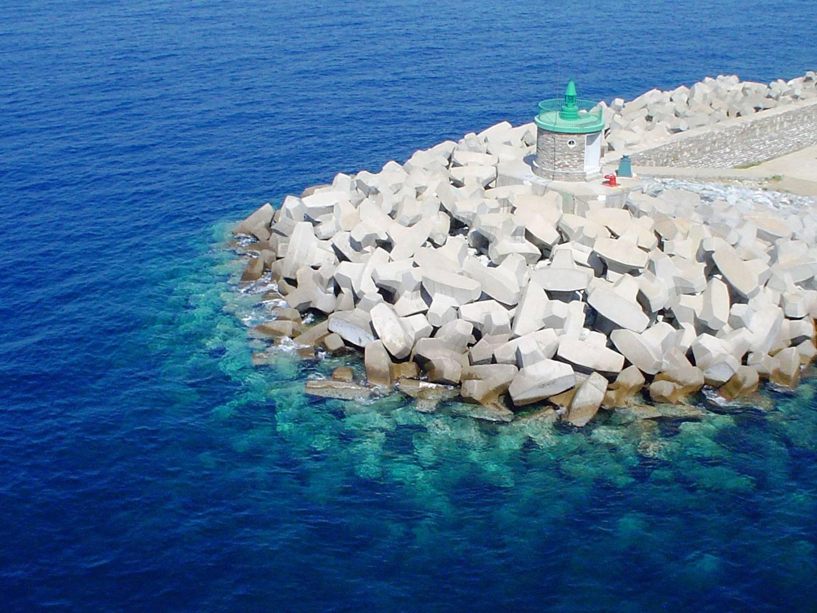 Portul din Ponza este locul unde rămân peste noapte ambarcațiuni din toată lumea