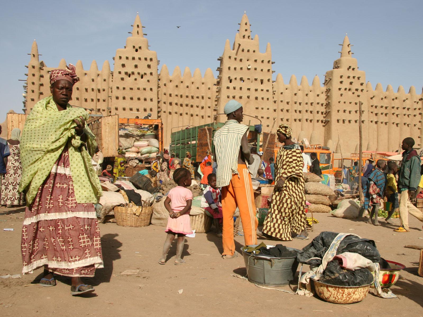 Locuitorii din Djenne sunt oameni săraci, de aceea pescuiesc pentru a supraviețui zi după zi
