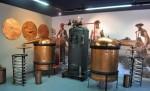 Cazane de aramă expuse în Muzeul Lavandei