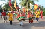 Localnici dansând un dans tradițional în cadrul unui festival