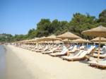 Plajă cu șezlonguri și umbreluțe din stuf de pe Insula Skiathos
