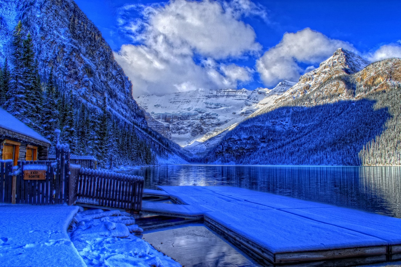 Chiar și în timpul sezonului cald crestele munților sunt acoperite de zăpadă