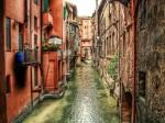 Străduțele înguste, specific italiene se regăsesc și în Bologna